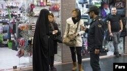 گشتهای ارشاد پلیس برای نظارت بر حجاب که در خیابان مزاحم زنان کم حجاب می شوند.