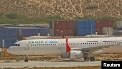 达洛航空公司的一架飞机停在肯尼亚首都摩加迪沙的亚丁·阿卜杜拉国际机场上(2016年2月2日)