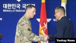 토머스 벤달 미8군사령관(왼쪽)과 류제승 힌극 국방부 국방정책실장이 지난 8일 서울 국방부에서 주한미군의 고고도 미사일방어체계인 사드(THAAD) 배치 결정을 발표한 뒤 악수하고 있다.