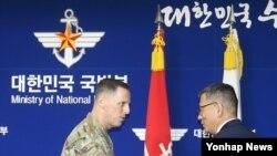 Komandant američkih snaga u Južnoj Koreji, general-pukovnik Tomas Vandal i zamenik ministra odbrane J. Koreje, Ju Dže Seung posle potpisivanja sporazuma o razmeštanju sistema protivraketne odbrane THAAD (Terminal High-Altitude Area Defense) u Seulu, 8. jul 2016.