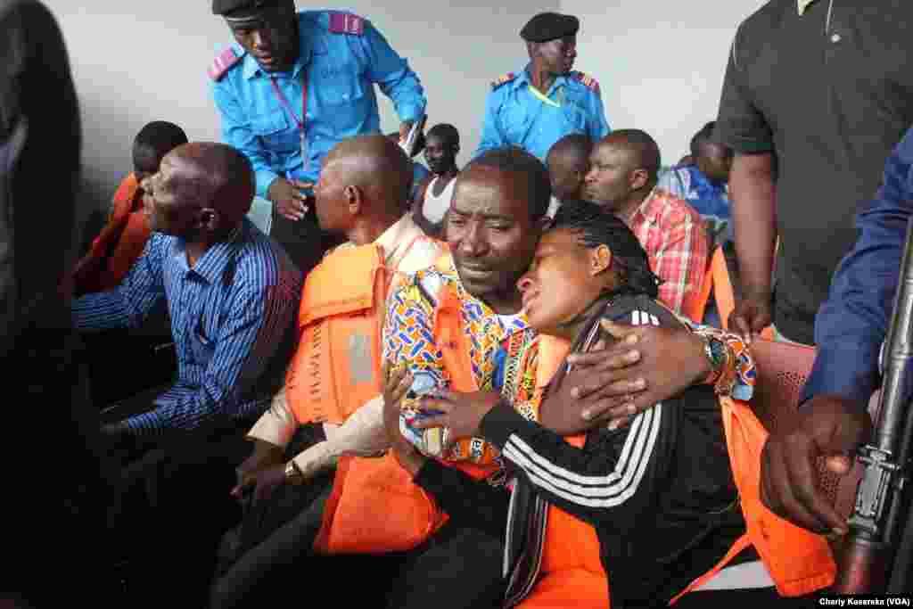 Des rescapés du naufrage d'un canot rapide regroupés dans une salle, au poste douanier à Goma, 30 novembre 2015. Vingt-six rescapés ainsi que le corps d'un enfant ont été repêchées après qu'un canot rapide a chaviré dans le lac Kivu. VOA/Charly Kasereka