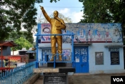 安倍多加尔的雕像和画像在印度随处可见。(2015年11月18日,美国之音朱诺拍摄)