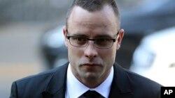 Oscar Pistorius đi đến tòa án tối cao ở Pretoria, Nam Phi, vào ngày 5 tháng 5, 2014.
