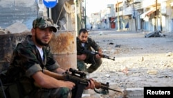 Патруль Свободной сирийской армии на улицах города Кусейр.