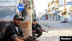 Chiến binh của Quân đội Syria Tự do trên đường phố thị trấn Qusair gần thành phố Homs, phía bắc Syria, ngày 5/5/2013.