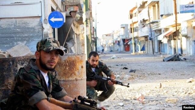 Tentara pemberontak melakukan patroli jalanan di kota Qusair, dekat kota Homs, Suriah utara (foto: dok). Pasukan Suriah dilaporkan mulai memasuki kota Qusair.