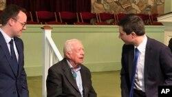 Bivši demokratski predsednički kandidat Pit Butidžidž sa suprugom Čestenom Glezmanom, razgovara sa bivšim predsednikom Džimijem Karterom 1. marta 2020. u Plejnzu u Džordžiji.