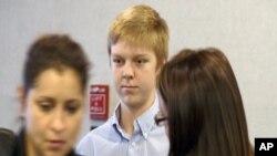 16岁的得克萨斯州富二代伊桑·库奇(中)2013年出庭时的照片
