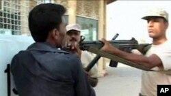 کراچی میں رینجرز کا ایک اہلکار سرفراز شاہ پر بندوق تانے ہوئے۔ کچھ ہی دیر بعد اسے گولی مار کر ہلاک کردیا گیا۔