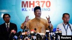 Menteri Transportasi Malaysia, Hishammuddin Hussein berbicara dalam konferensi pers mengenai pesawat Malaysia Airlines MH370 di Bandara Internasional Kuala Lumpur (14/3).