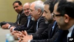 伊朗外長扎里夫(中)11月22日出席日內瓦的核問題談判。