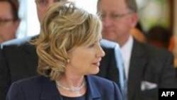 Clinton İran'a Yaptırımların Devrim Muhafızlarını Hedef Almasını Savunuyor