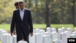 Presiden Barack Obama dan Ibu Negara Michelle Obama berziarah ke Taman Makam Pahlawan Nasional di Arlington, Virginia (Sabtu, 10/9).