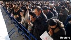 Warga berdoa di Kuil Meiji, Tokyo, pada tahun baru. (Foto: Dok)