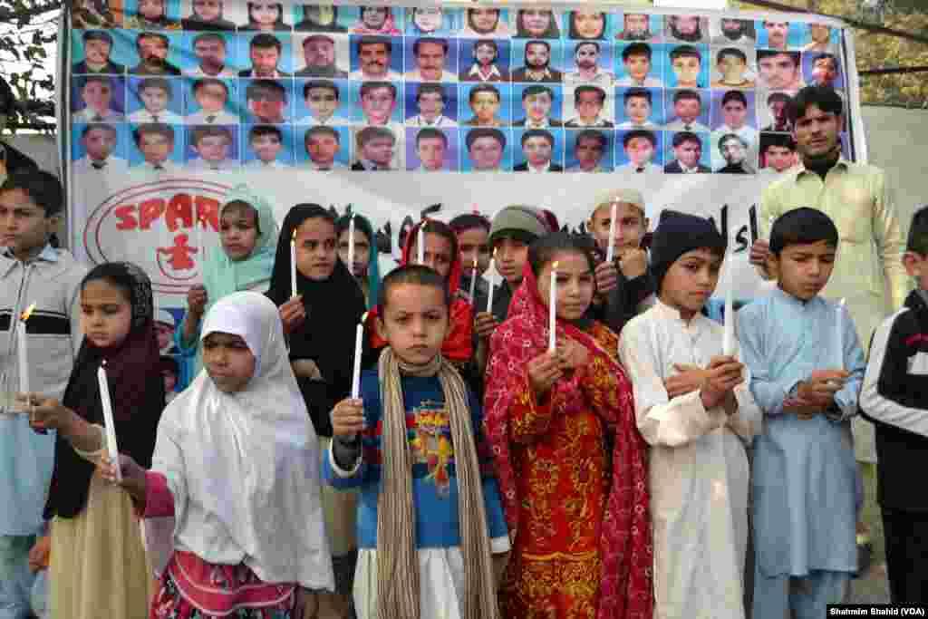 برسی کے موقع پر شہر کی فضا سوگوار رہی اور اس سلسلے کی مرکزی تقریب پشاور کے آرمی پبلک اسکول میں منعقد ہوئی۔