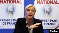 Lãnh tụ của đảng Mặt trận Dân tộc, bà Marine Le Pen, thừa nhận đảng bà đã vay 11 triệu đô la từ First Czech-Russian Bank, một ngân hàng do Nga làm chủ.
