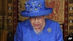 Ratu Elizabeth II menguraikan program legislatif pemerintah dalam pidato di depan parlemen Inggris di London hari Rabu (21/6).