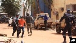 马里士兵协助人质逃出酒店(2015年11月20日)