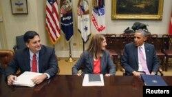 El presidente Barack Obama junto Ron Klain, zar del ébola, y la secretaria de Salud y Servicios Humanos Sylvia Burwell.