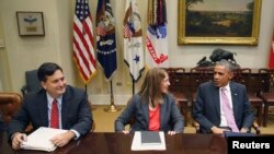 Le président Barack Obama (à g.), conférant avec ses conseillers en matière de santé, sur la crise suscitée par l'épidémie d'Ebola
