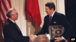 Gorbachev recebido por Ronald Reagan na Casa Branca, em Dezembro de 1987