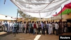 星期四在印度11個邦和3個聯邦屬地,有近1億1千萬合格選民投票。民眾在投票站外等候投票。