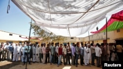 رای دهندگان هندی در انتظار رای دادن