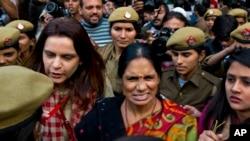 Ibu korban pemerkosaan yang dilakukan sekelompok pemuda yang mengejutkan India pada 2012 ikut demo di New Delhi, India, 21 Desember 2015.