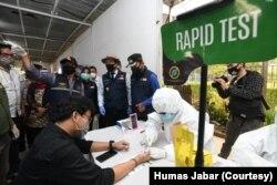 Pemprov Jabar melakukan tes cepat di Stasiun Bojonggede, Kecamatan Bojonggede, Kota Bogor, Jumat (26/6). Ombudsman menduga, tanpa standarisasi yang jelas, tes cepat telah dikomersilkan oleh sejumlah pihak. (Foto: Courtesy/Humas Jabar)