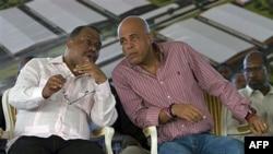 Tổng thống Haiti Michel Martelly (phải) nói chuyện với Thủ tướng Haiti Garry Conille tại 1 buổi lễ ở vùng ngoại ô của Cap Haitien, Haiti, 28/11/2011