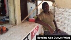 Adama Sow, plagiste, à Dakar, le 5 août 2018. (VOA/Seydina Aba Gueye)