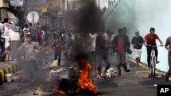 Những người biểu tình gần Tòa Đại sứ Mỹ bỏ chạy khi cảnh sát bắn chỉ thiên