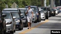 Fila de vehículos a la espera de recibir bolsas de arena en Kissimmee, Florida, en preparación a la llegada del huracán Irma.