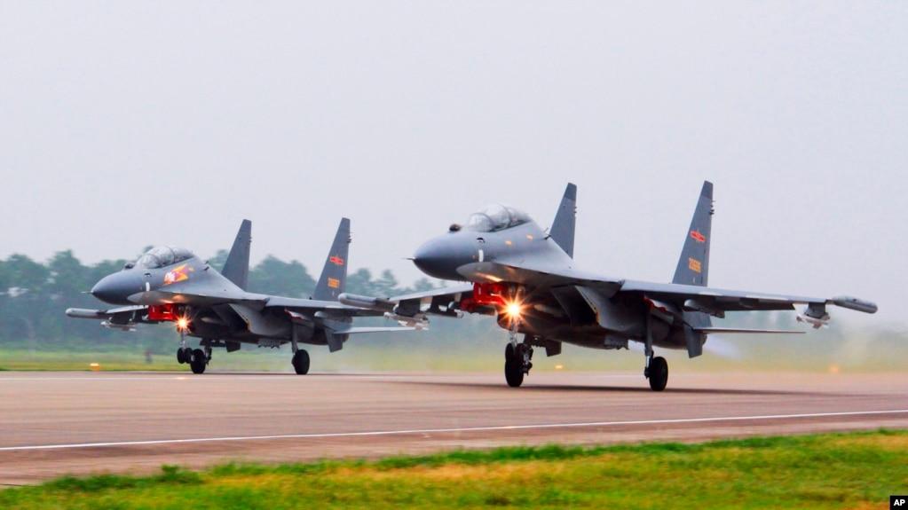 中国两架苏-30战机从不明地点起飞前往南中国海巡逻(2021年年10月3日)