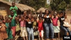 Anak-anak perempuan di Malawi berunjuk rasa menentang kekerasan pada anak dan pernikahan dini (foto: L. Masina/VOA)