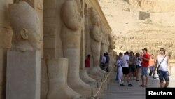 """Para wisatawan di Kuil Hatshepsut, Luxor, Mesir (Foto: dok). Mesir menegur Kedutaan Amerika di Kairo karena mengeluarkan peringatan perjalanan bagi warga Amerika agar menghindari pertemuan massal dan tempat-tempat umum terkait """"kemungkinan masalah keamanan'' di negara itu."""