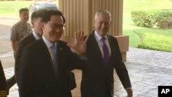 Bộ trưởng Quốc phòng Hoa Kỳ Jim Mattis và người đồng cấp Hàn Quốc Song Young-moo tiến vào trụ sở của Bộ Chỉ huy Thái Bình Dương Hoa Kỳ ở Honolulu, Hawaii, ngày 26 tháng 1, 2018