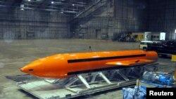 MOAB bombası Eglin Hava Bazası mərkəzində sınaq üçün hazırlanır. 11 mart, 2003.
