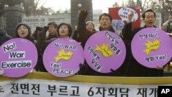 Các nhà hoạt động chống chiến tranh trong một cuộc biểu tình phản đối kế hoạch diễn tập bắn đạn thật của Nam Triều Tiên tại đảo Yeonpyeong năm 2010.
