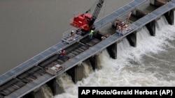 Radnici na Bonnet Carre Spillvway na 28 milja od New Orleansa