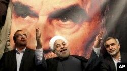 Hassan Rohani , alors candidat à la présidence, devant une photo de l'ayatollah Khomeini, lors d'un meeting populaire à Téhéran, Iran, le 1er juin 2013.