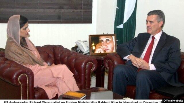 امريکائي سفير رچرډ اولسن  د پاکستان خارجه وزېرې هیلري کلنټن سره ویني