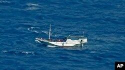 지난해 7월 호주 해안에서 표류하는 난민 보트. (자료사진)