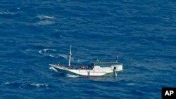 Ảnh minh họa: Thuyền gỗ chở di dân Indonesia.