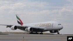 ခ်ီကာဂိုေလဆိပ္တြင္ ရပ္နားထားသည့္ Emirates ေလေၾကာင္းလုိင္း ေလယာဥ္တစီး။ (ဇူလုိင္ ၁၉၊ ၂၀၁၆)