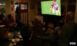 Một gia đình người Việt xem Super Bowl và đón Tết Canh Tý hôm Chủ Nhật 2/2/2020 (Ảnh: Bùi Văn Phú)