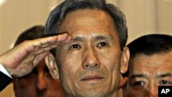 새로 취임하는 김관진 국방장관이 4일 오전 용산 국방부 대강당에서 열린 취임식에서 참석자들에게 거수경례를 하고 있다.