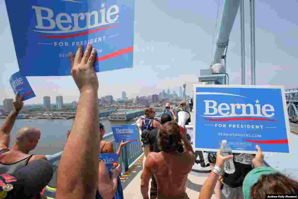 Marchando pela ponte Benjamin Franklin numa manifestação pró-Bernie Sanders enquanto decorre a Convenção Nacional Democrática em Filadélfia.