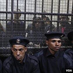 Polisi menjaga sidang para aktivis HSM di Kairo (26/2). Para aktivis AS yang diajukan ke pengadilan Mesir, boleh meninggalkan Mesir dengan uang jaminan.