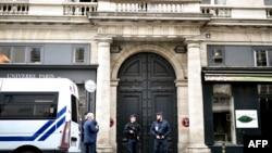 La police française monte la garde devant la maison du défunt président français Jacques Chirac, rue de Tournon, à Paris, la capitale française, le 26 septembre 2019.